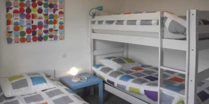 La chambre de quatres lits simples dans les villas Mogueriec